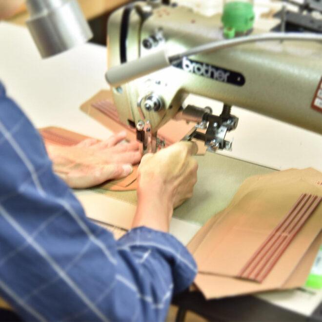 職人画像 財布縫製中